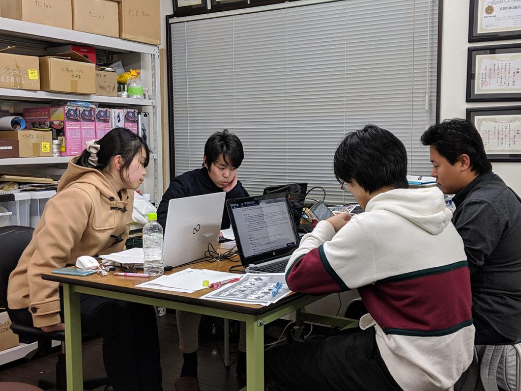 アイデアを出し合うインターンシップの学生たち