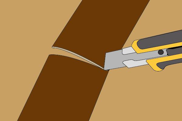 ボンドが巾木からあふれ出ないよう適量を塗る